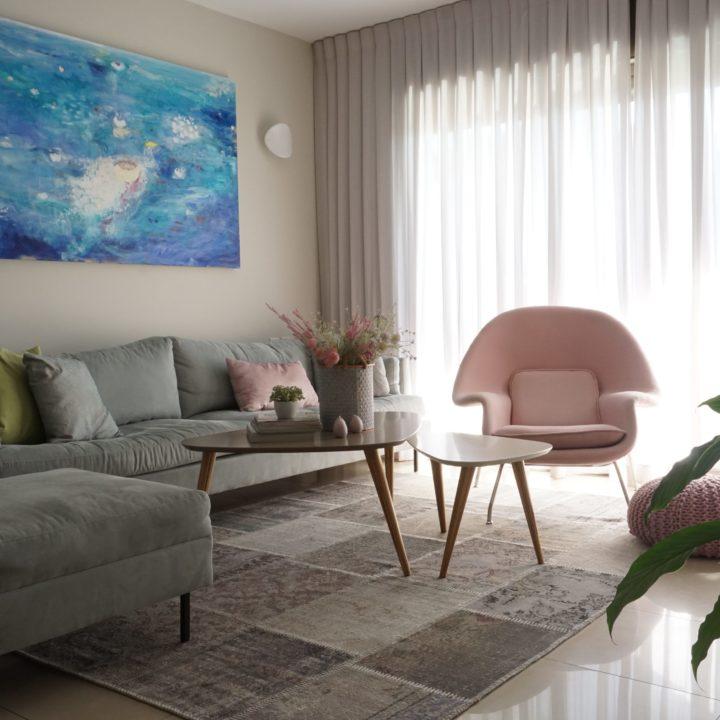 עיצוב סלון מודרני בדירה במרכז הארץ
