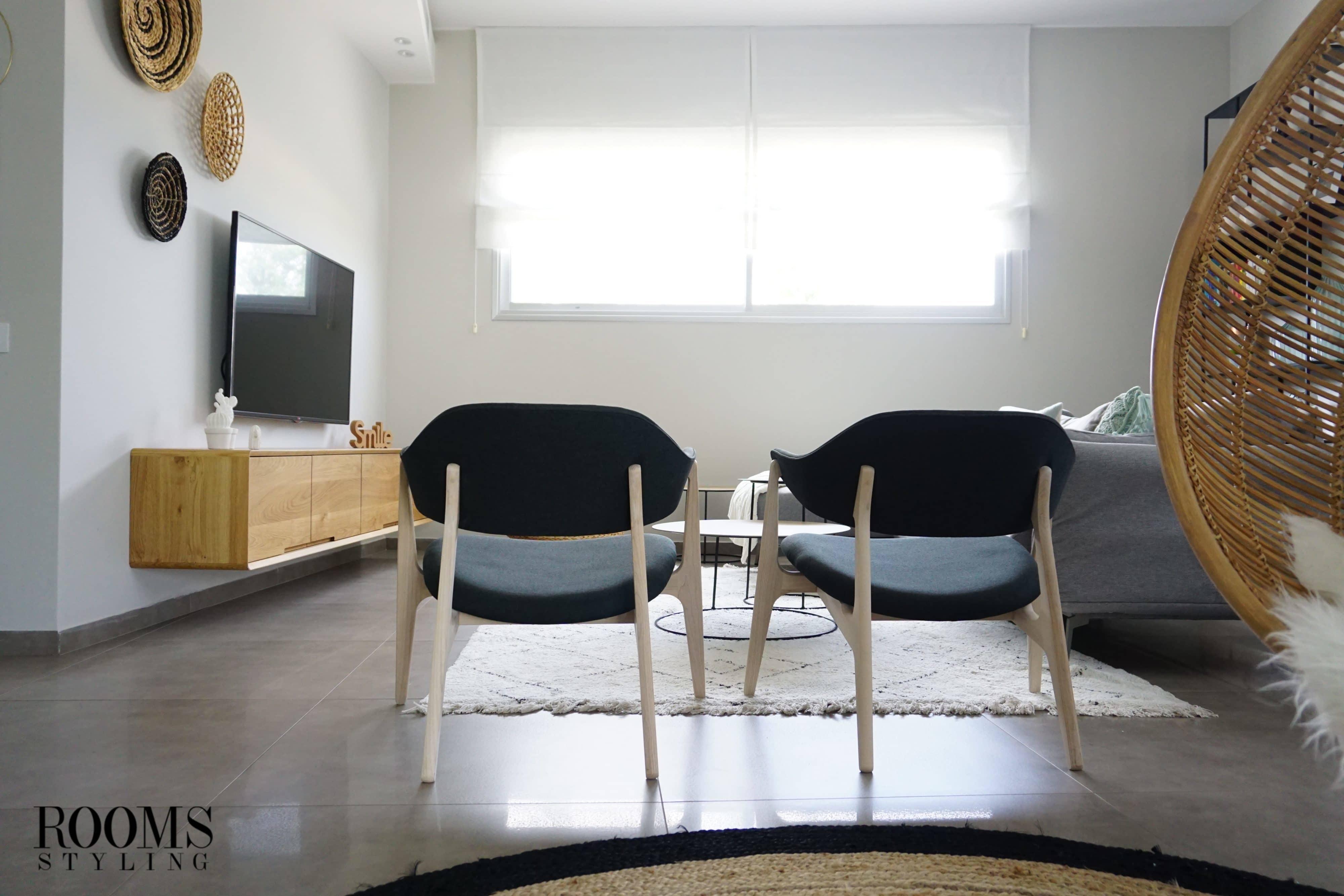 עיצוב סלון עם כורסאות שחורות
