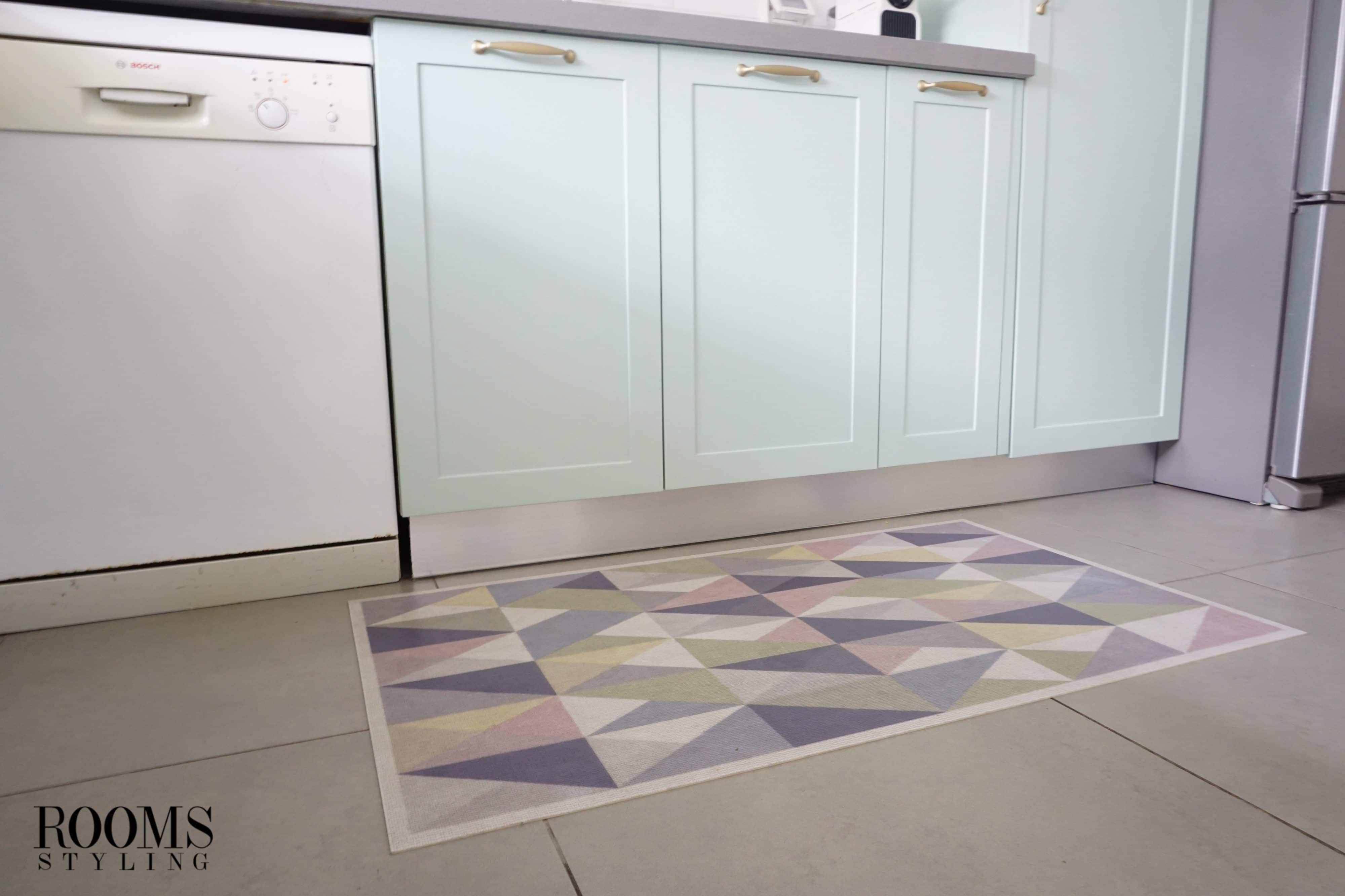 מטבח מעוצב עם שטיח גיאומטרי