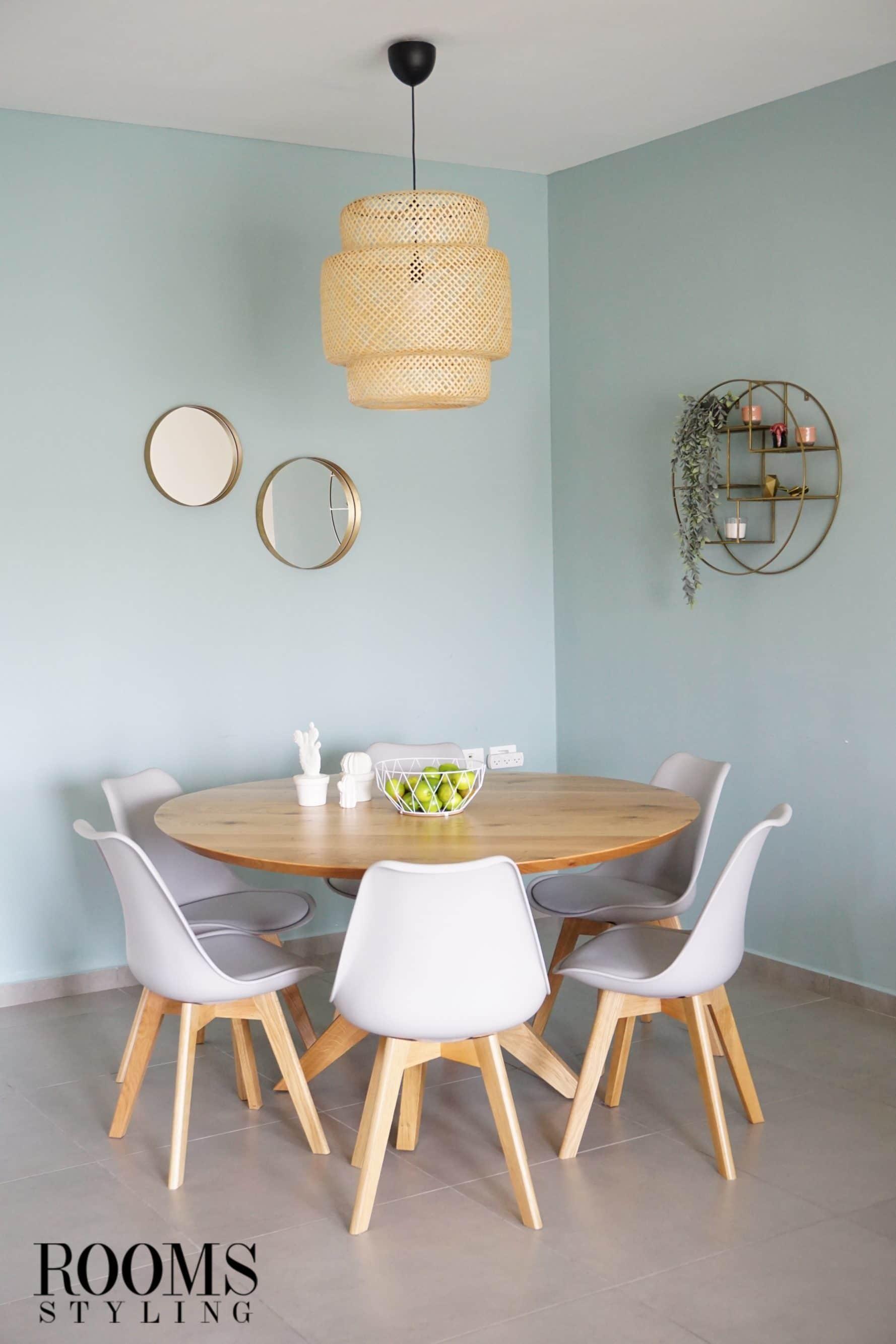 עיצוב פינת אוכל עם שולחן עגול וכיסאות לבנים