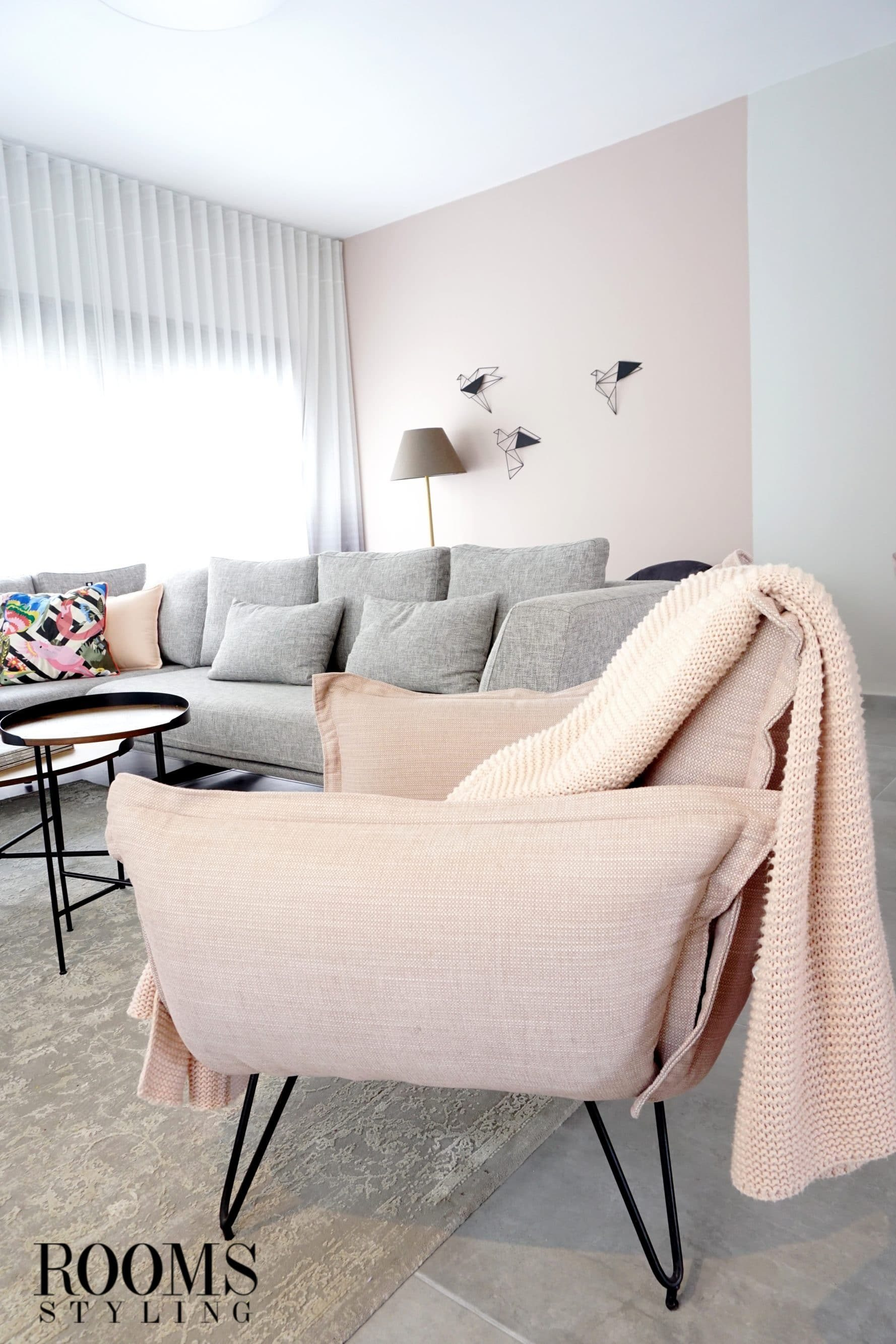 עיצוב בית בסגנון מודרני עם צבעי קירות ורדרדים
